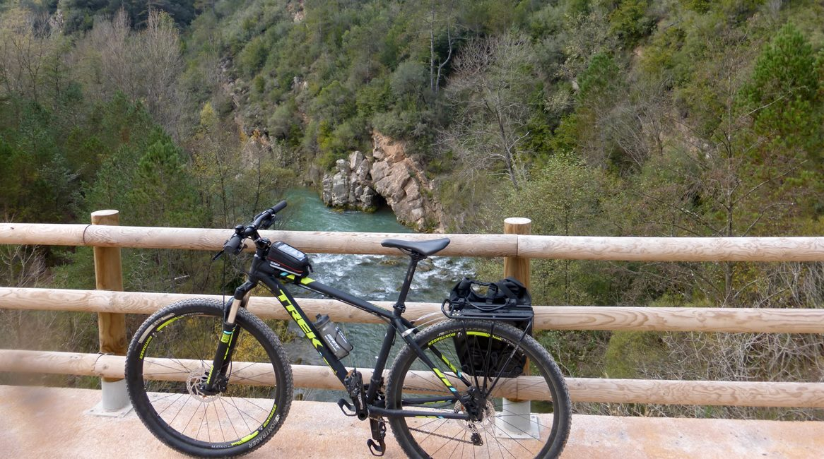 Ruta de las Colonias Textiles del Llobregat. Pont al riu. BIKING THROUGH SPAIN