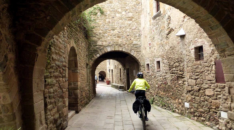 en bici por los pueblos medievales del Empordà. Monells | BIKING THROUGH SPAIN