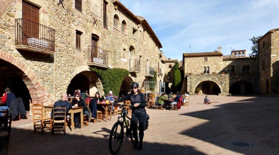 en bici por los pueblos medievales del Empordà. Monells 2   BIKING THROUGH SPAIN