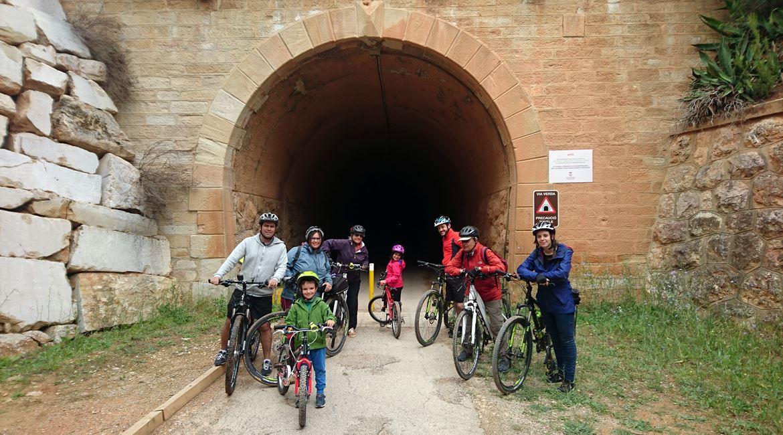 Vía Verde Val de Zafán en bicicleta. Tunel. BICIS EN RUTA