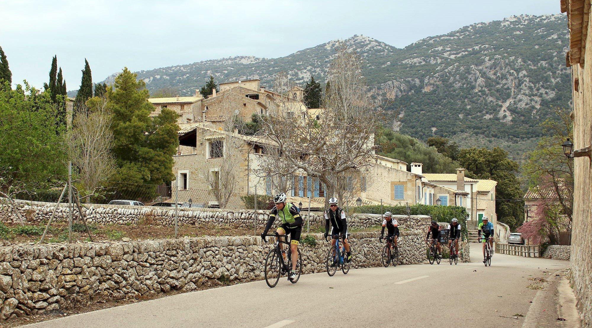 Serra de Tramuntana en bicicleta. Orient. BICIS EN RUTA. 1170x650